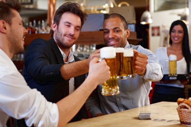 Bere la birra fa bene, ecco 5 motivi per farlo.