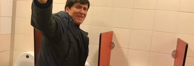 Gianni Morandi, fan posta foto nel mentre è nel bagno di un autogrill