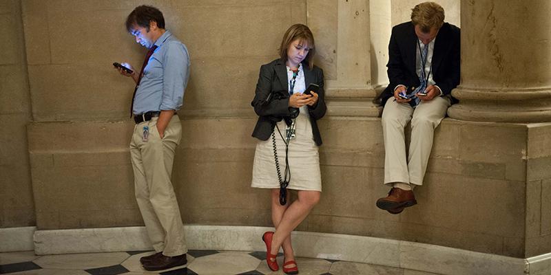 Lo studio, i tablet e gli smartphone fanno diventare gobbi