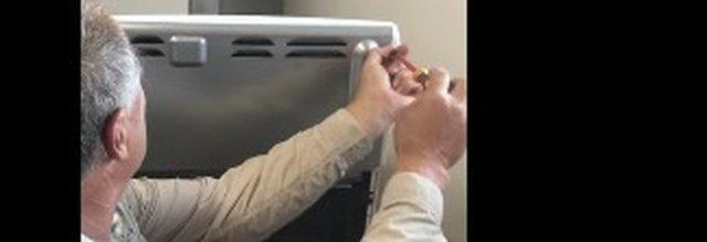 Chiamano l'elettricista per riparare il forno, all'interno c'era una sorpresa terrificante.