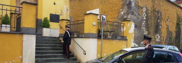Ladro-prete, entra nella chiesa e ruba le offerte.