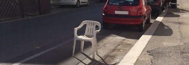 Occupare la sede stradale con una sedia? Ecco cosa si rischia, una legge che andrebbe cambiata e modificata.