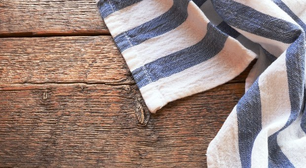 Un nemico nascosto in cucina: lo strofinaccio, fonte di batteri, ecco quali rischi