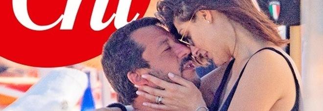 Salvini in vacanza con Elisa: coccole bollenti sotto l'ombrellone