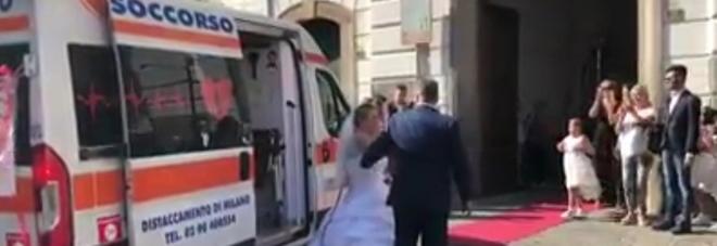 La sposa infermiera, noleggia un'autoambulanza per andare al matrimonio. VIDEO.