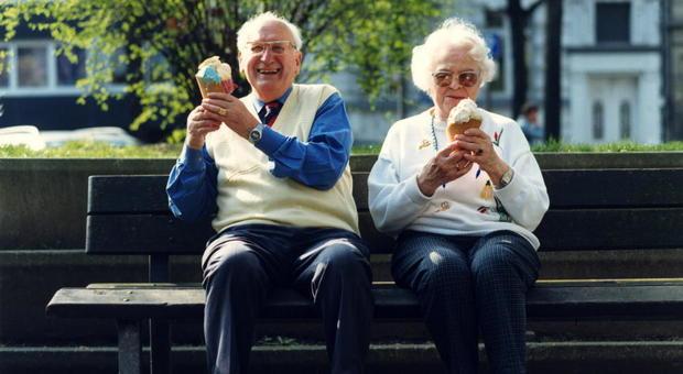 Basta diete tristi per gli ultra 65enni, adesso si mangia bene, più grassi e sale