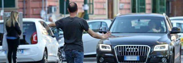 I parcheggiatori abusivi hanno i giorni e le ore contate, adesso i vigili possono anche arrestarli