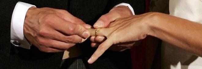 Scopre a 57 anni di essere sposato con una donna che non ha mai visto.