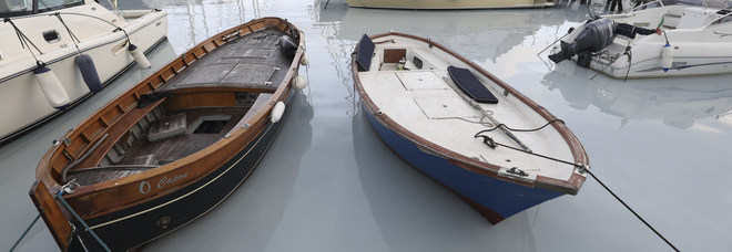 Napoli, Mergellina il mare si tinge di bianco, con danni ambientali.