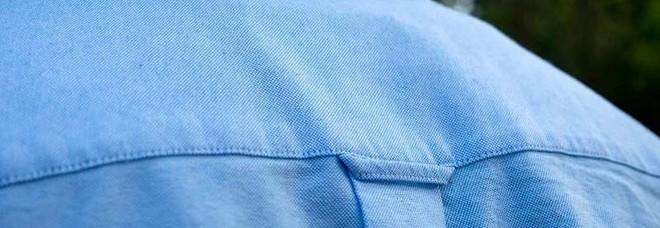 Vi siete mai chiesti perchè le camicie da uomo hanno un anello dietro la schiena? Ecco il motivo.