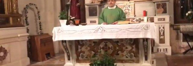 """Canto insolito in Chiesa, parroco fa cantare """"Soldi"""" prima della messa domenicale."""