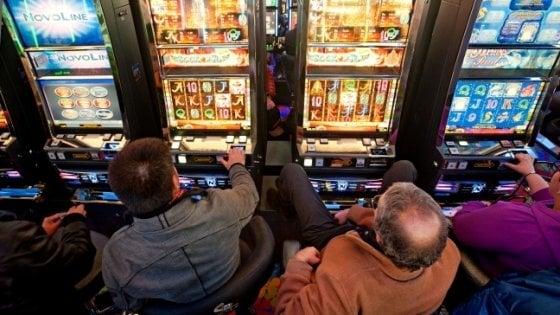 Gioco d'azzardo, sale giochi, corner, centro scommesse, tabaccherie, bar, slot machine, Napoli