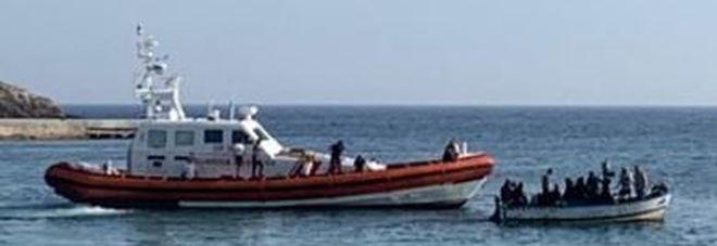Altro che porti chiusi, nuovi sbarchi a Lampedusa, arrivano in 50 a bordo di 2 gozzi.