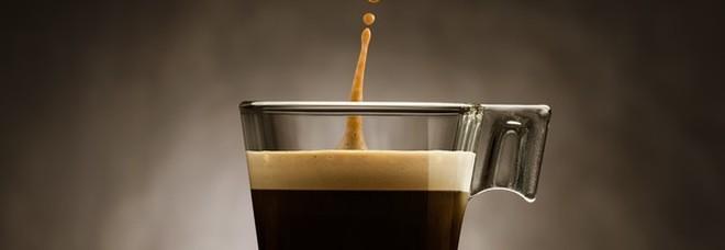 Caffè, tre o più tazzine al giorno possono scatenare il mal di testa.