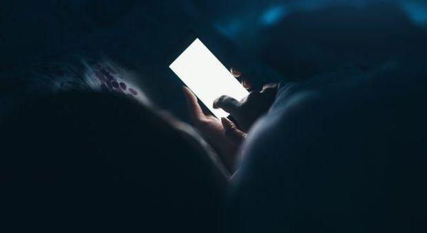 Rimane cieco mentre gioca al cellulare a luci spente, gli esperti: «Sintomo temporaneo frequente»-Ilmessaggero