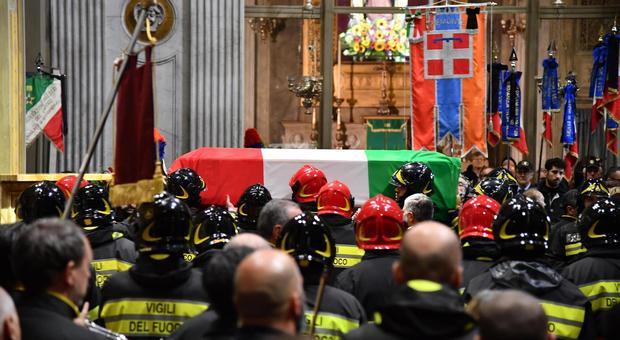 Vigili del fuoco morti, i funerali ad Alessandria: commozione per l'addio agli eroi Antonino, Marco e Matteo. Leggo.-it