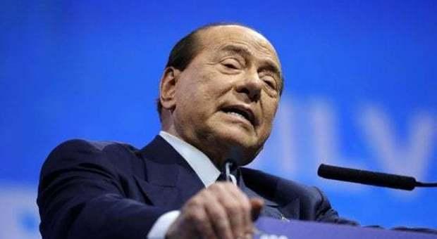 Berlusconi cade a Zagabria mentre fa un selfie: ricoverato in ospedale a Milano-Leggo➥