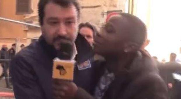 Salvini e il siparietto con lo youtuber di colore: «Il bacio in bocca no, che schifo»-LEGGO➥