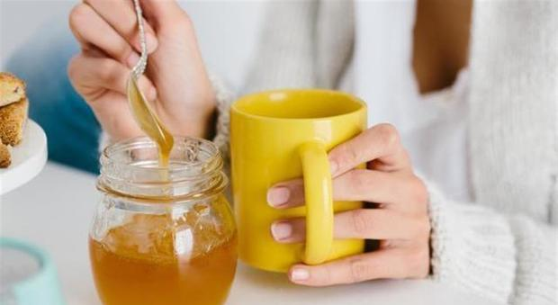 Beve acqua, miele e limone per un anno e la sua vita si trasforma così: gli effetti sul corpo-LEGGO➥