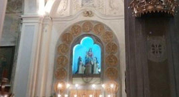 Ruba le offerte e la collana della Madonna in chiesa, poi fa i bisogni sul crocifisso: caccia al ladro-LEGGO➥