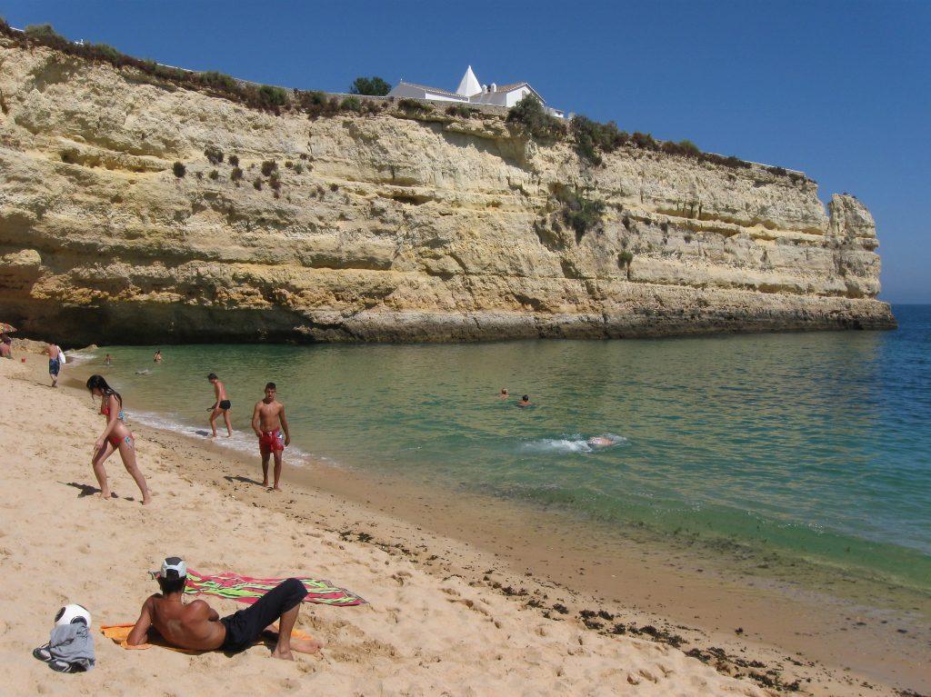 Se hai 70 anni vattene dall'Italia: in Portogallo la pensione è esentasse ed è un paradiso-FanPage➥
