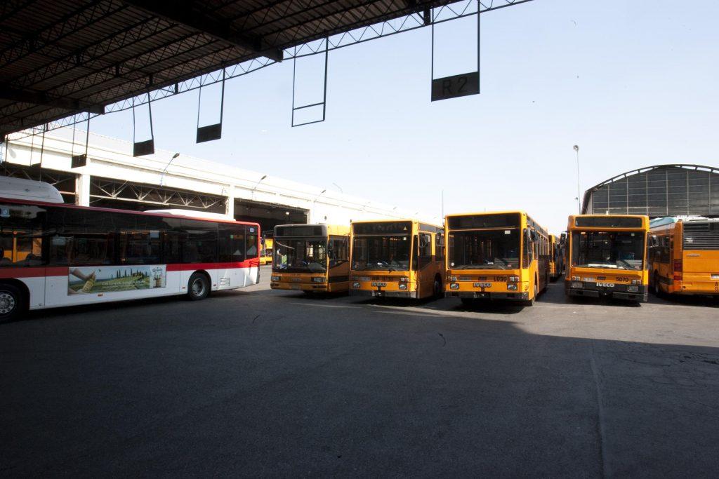 Napoli, «svaniti» 63 autobus. L'Anm: «Gli autisti si rifiutano di lavorare»-Corriere del mezzogiorno