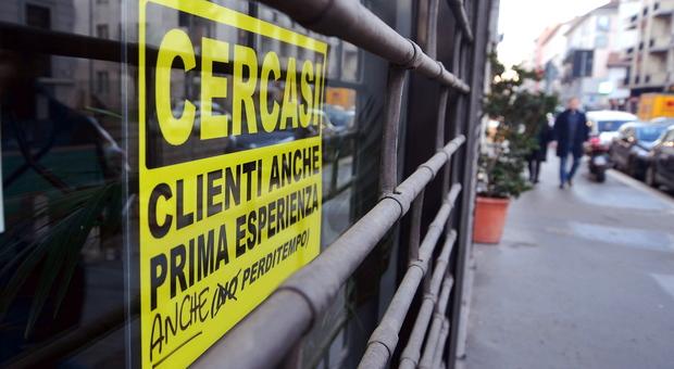«Cercasi clienti, anche prima esperienza»: sulla vetrina del bar spunta il cartello per accogliere tutti-LEGGO➥
