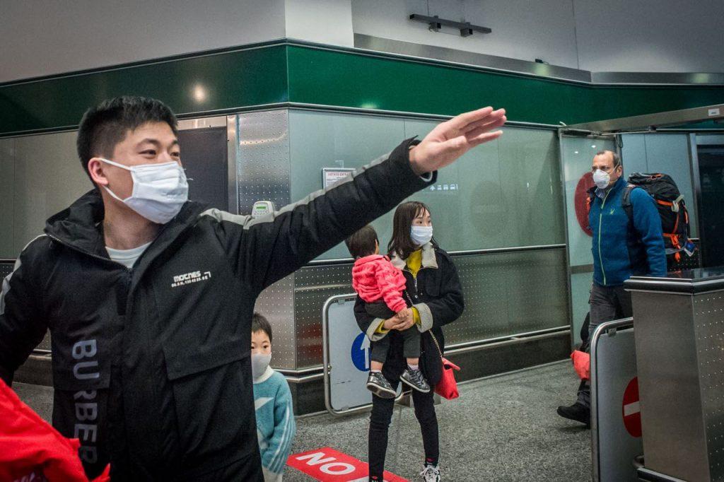 """Coronavirus, l'Italia blocca i voli diretti dalla Cina ma """"non ci sono controlli su chi fa scalo"""": la testimonianza a Sono le Venti (Nove) -ILFATTOQUOTIDIANO ➟"""