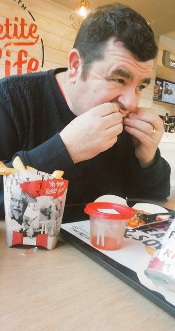 """KFC cerca """"assaggiatori professionisti di pollo fritto"""": come candidarsi-LEGGO➟"""