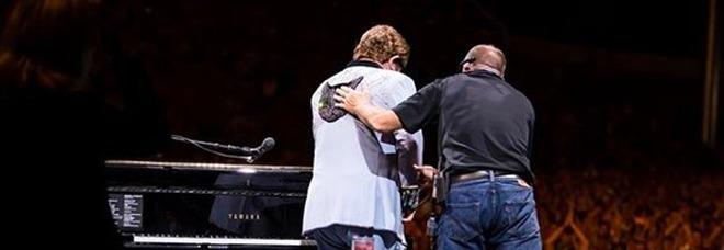 Elton John interrompe il concerto e abbandona il palco in lacrime: «Sono senza voce». Poi la diagnosi choc - Video-LEGGO➟