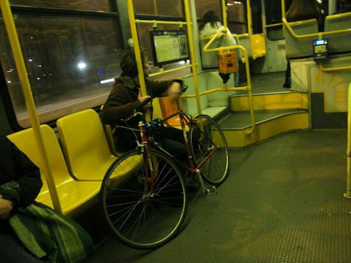 +++Articolo denuncia++trasportare le bici sui tram e metropolitane è consentito in tutta Italia, ma a Napoli si obbligano i decreti spazzatura, leggete cosa mi è successo➟