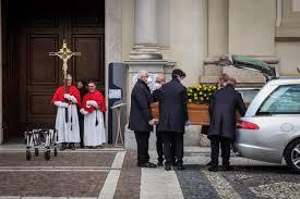 Regole anticovid, il funerale triste di un vicino di palazzo➟SEGUE➟
